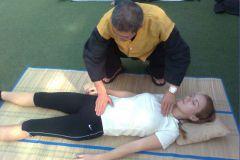 Мастер Ю подходит к каждому практикующему для помощи и корректировки