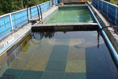 Здесь вода из скважины 90 м. Через 2-3 дня она меняет свой состав, цвет, запах.