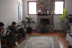 Маленький, но уютный зал в гостинице для практик и бесед