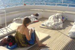 Первое утро в открытом море. Спать в каютах снова оказалось немного желающих  :)