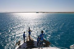 В наших планах было посетить один остров. Команда смотрит где лучше заякориться.