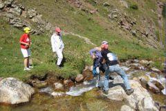 Взаимопомощь на переправе через горный ручей